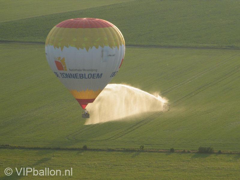 Huwelijksaanzoek in de luchtballon boven Veenhuizen