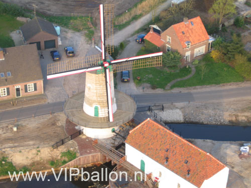 Ballonvaart vanuit en boven Schijndel met prijswinnaars van Hartemert. De Kildonkse molen vanuit de ballon.