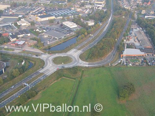 Ballonvaart vanuit Uden opgestegen in het sportpark. Rotonde aan het einde van de Industrielaan vanuit de ballon.