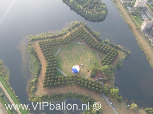 De ballonvaart is net gestart vanaf de pettelaar in 's Hertogenbosch (de mooiste startlocatie van Nederland). Vandaag gaan we met de ballon via Berlicum naar Heeswijk.