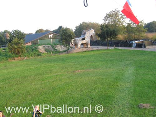 Het paard van troje staat op de uitkijk als we me de ballon vertrekken uit Uden. Mooie landing in Erp bij 't Ham nog net voor de Aa