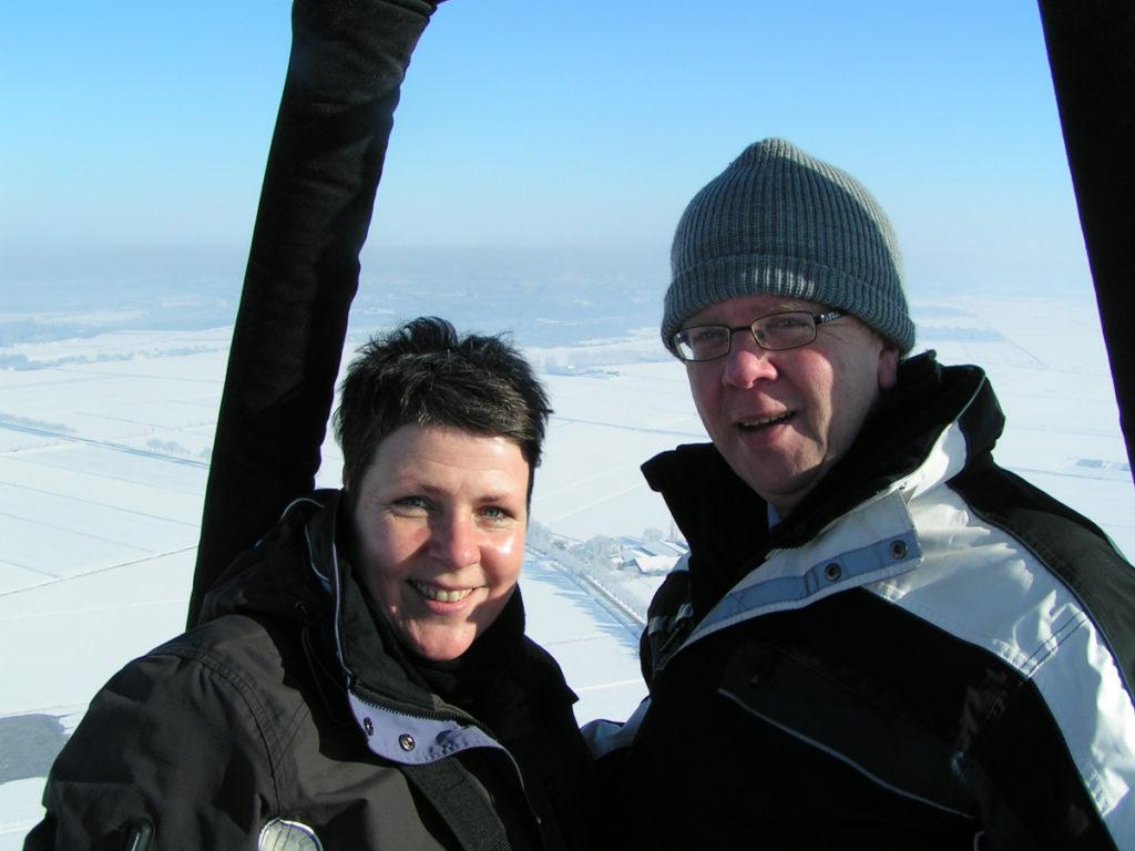 passagiers tijdens een ballonvaart in de sneeuw