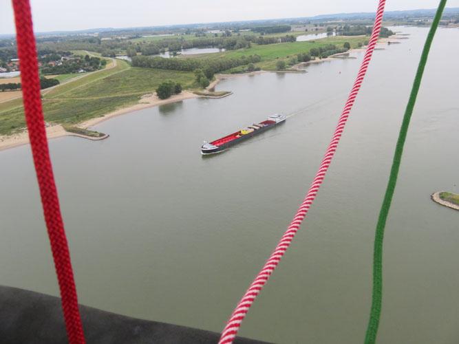 We steken de Waal bij Nijmegen over.