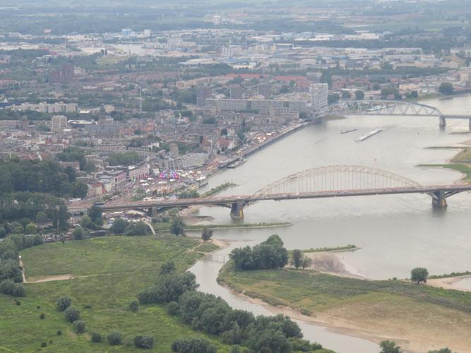 Waalbrug Nijmegen vanuit de ballon