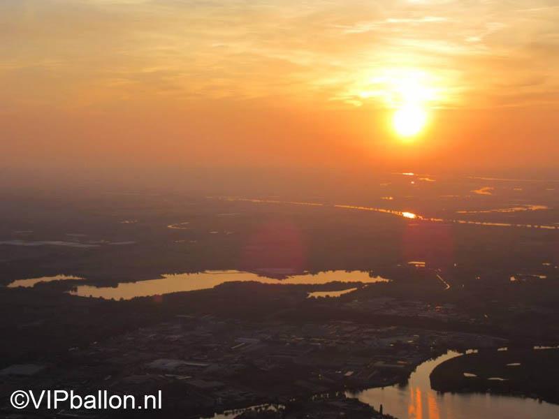 Een prachtige zonsondergang vanuit de luchtballon